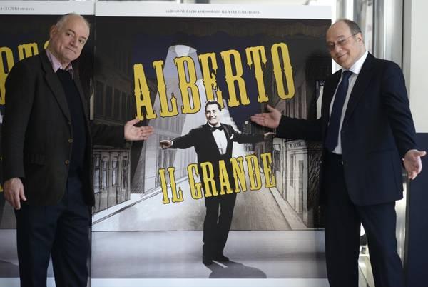 Carlo (D) e Luca Verdone posano per i fotografi durante la presentazione del documentario su Alberto Sordi 'Alberto il grande', che hanno girato insieme, il 19 febbraio 2013 al cinema Adriano di Roma. ANSA/ GUIDO MONTANI